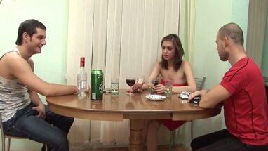 Парни напоили молодую красотку и трахнули ее задницу - Порно видео, секс порнуха.